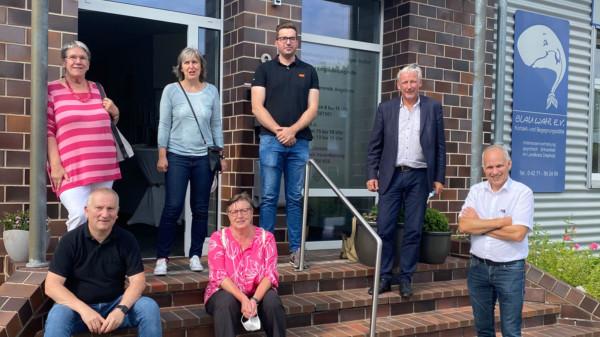 Gruppenfoto vor dem Gebäude